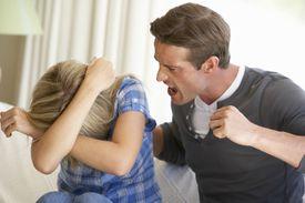 Varón gritándole a una mujer.