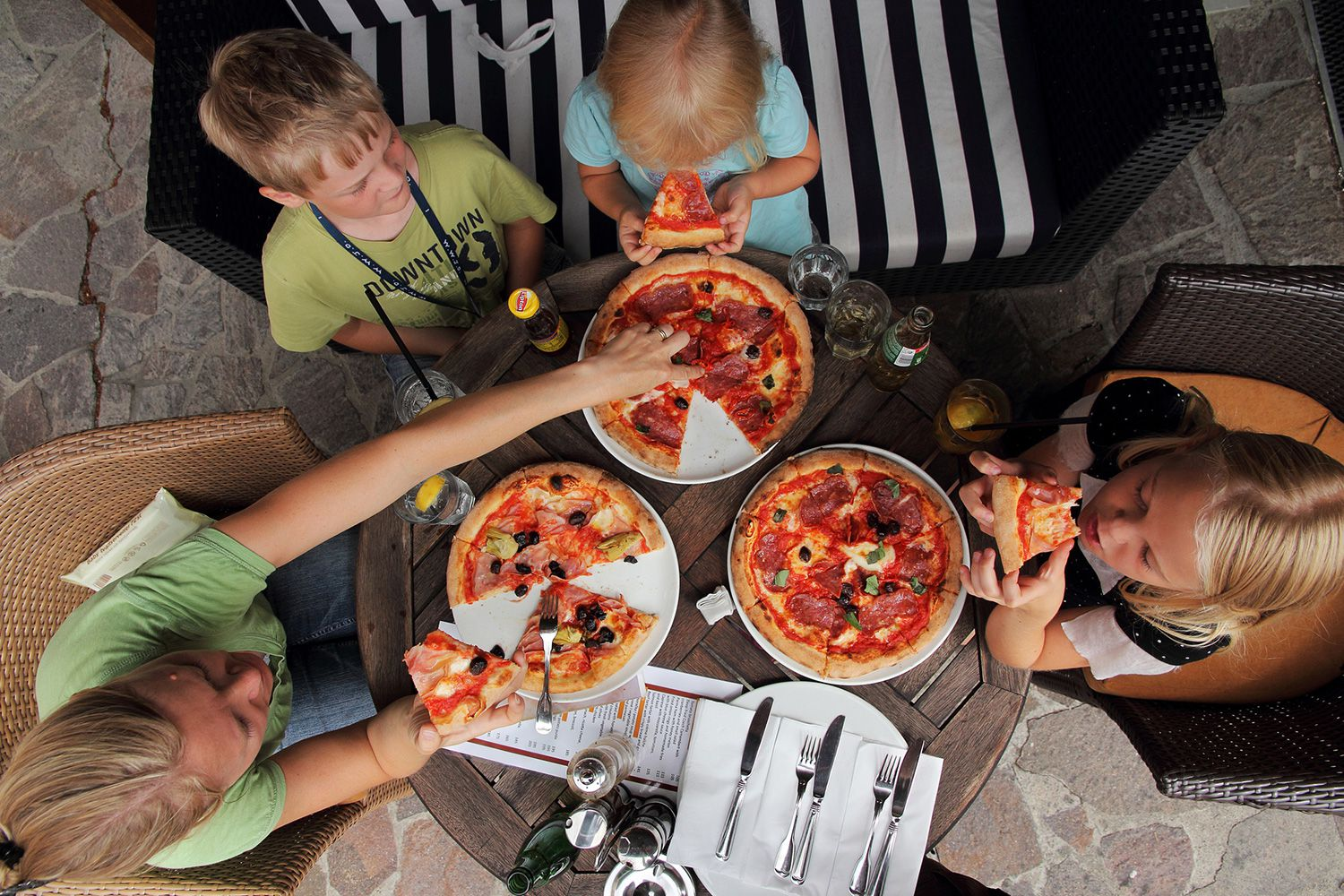 family eating pizza - 1134×709