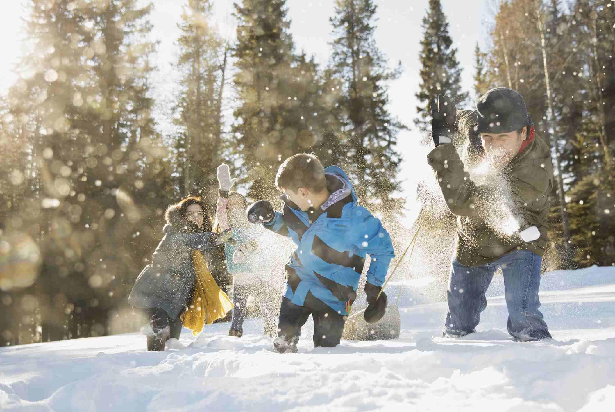 Familie in der Schneeballschlacht