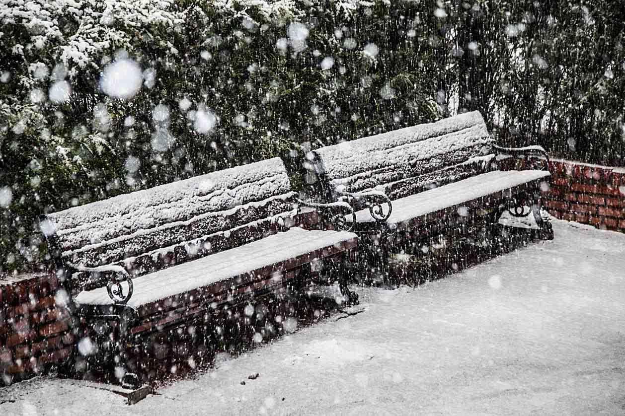 παγκάκι με βαριές χιονοπτώσεις