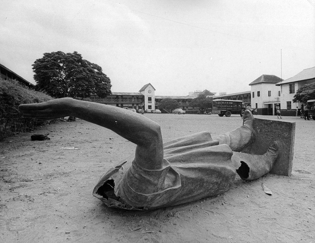 Estatua derribada de Nkrumah durante el golpe de 1966.