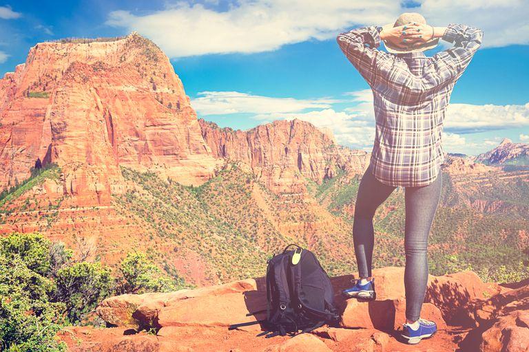 Mujer disfrutando de la vista en el Parque Nacional Zion