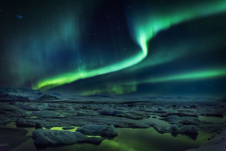 what causes the aurora borealis colors