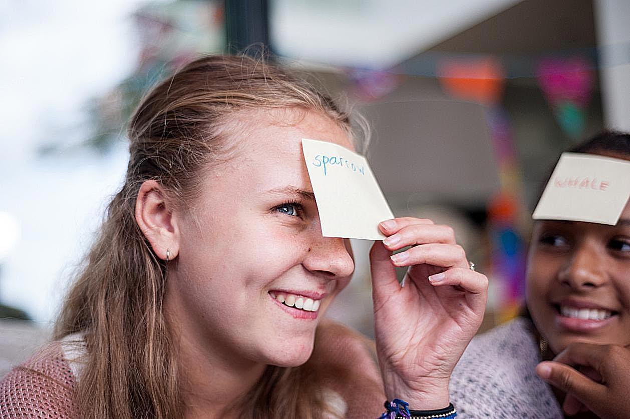 Flicka med post-it i ansiktet