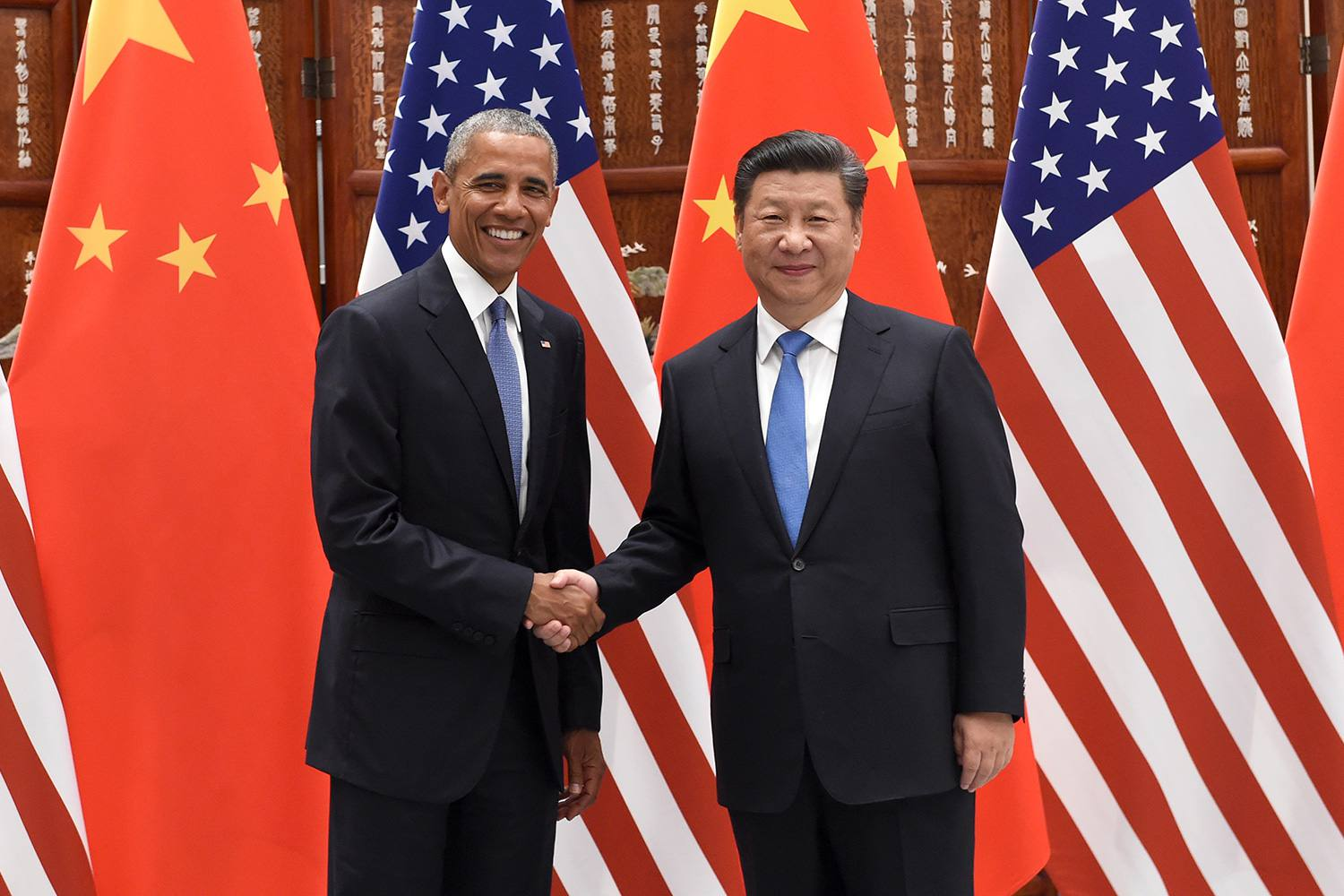 Chinese President Xi Jinping shakes hands with Barack Obama