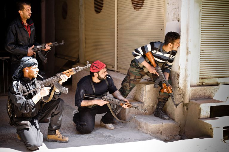 Rebels of the Free Syrian Army prepare to engage government tanks that have advanced into Saraquib city on April 9, 2012 in Syria