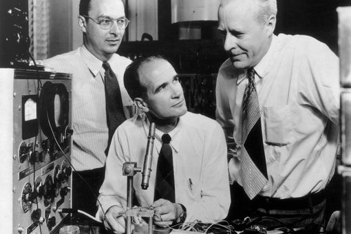 Nobel Prize winning American physicists (L-R) John Bardeen (1908 - 1991), William Shockley (1910 - 1989) and Walter Brattain (1902 - 1987), who invented transistors, conduct an experiment.