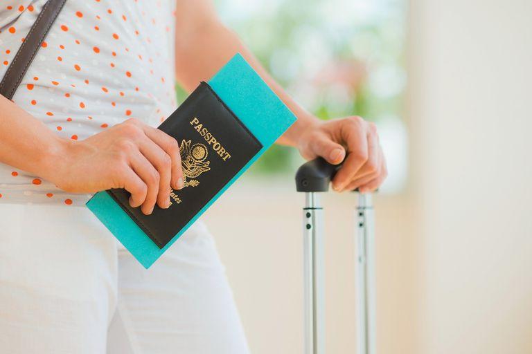 Persona con el pasaporte americano en la mano