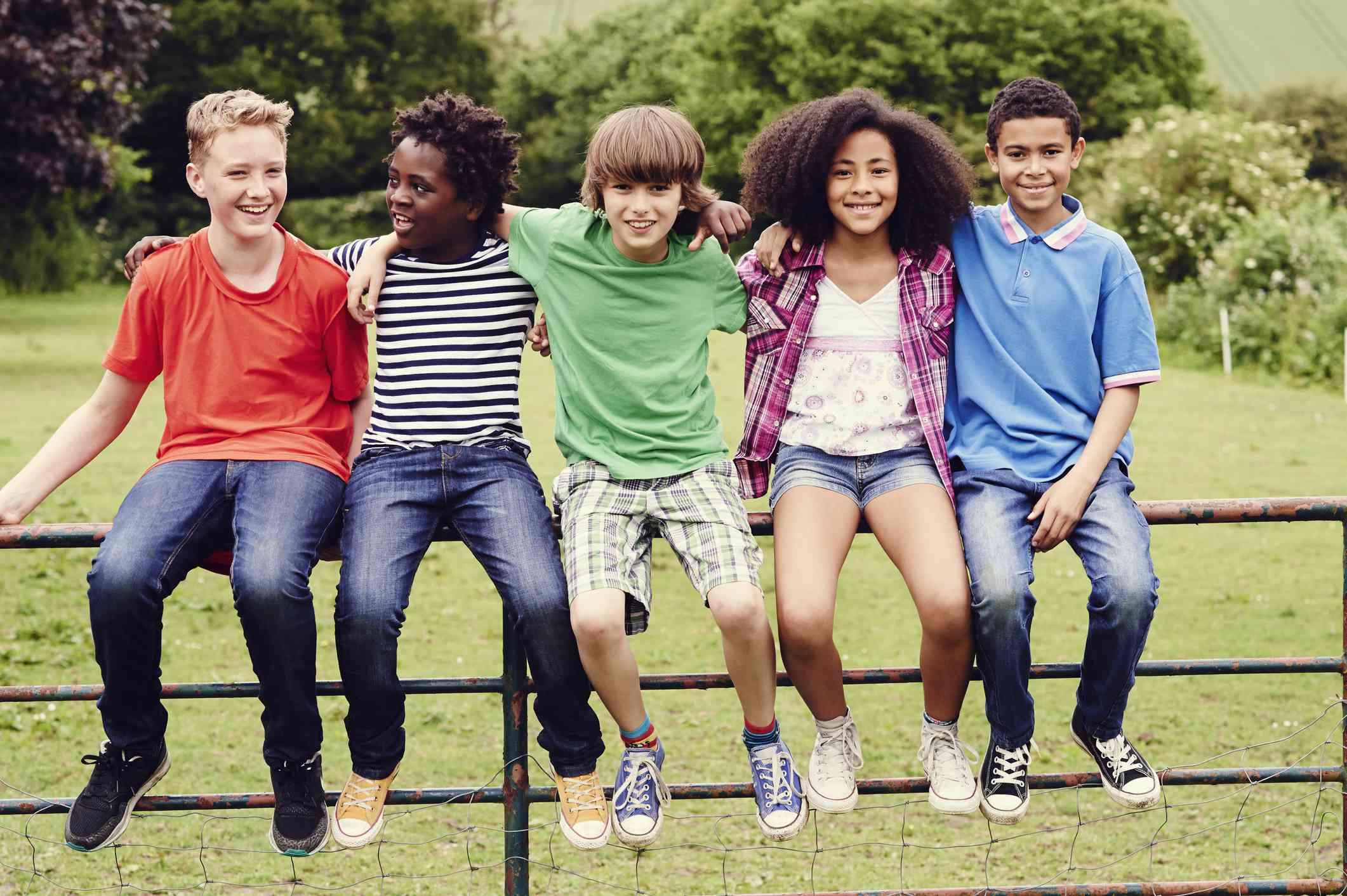 5 muchachos de distintas razas.