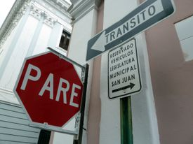 Stop sign using Spanish verb parar.