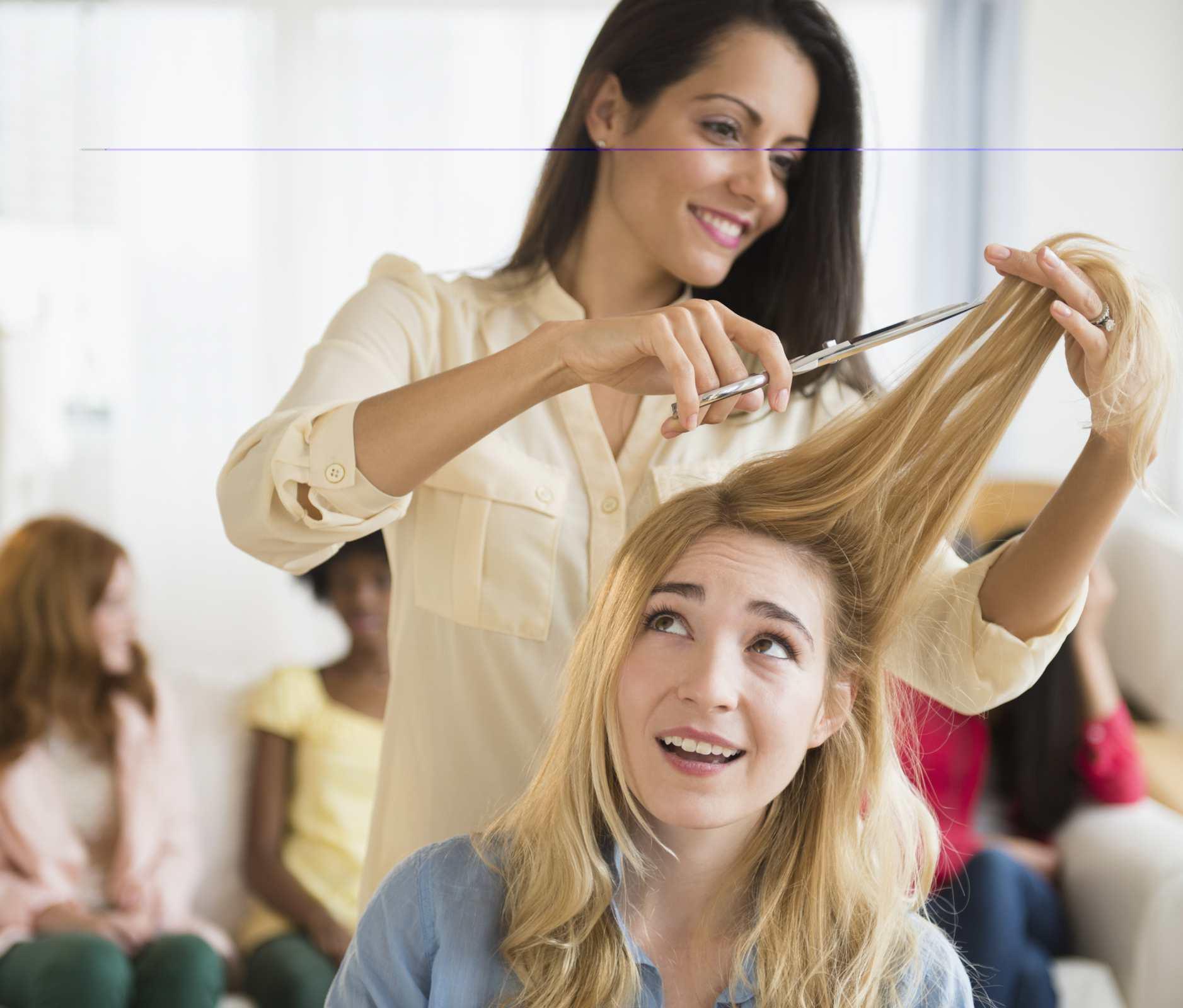 Peluquera cortando el cabello a clienta