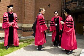 4 doctorandos con togas de graduación.