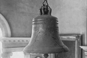 Black and white photo of the cracked Liberty Bell.