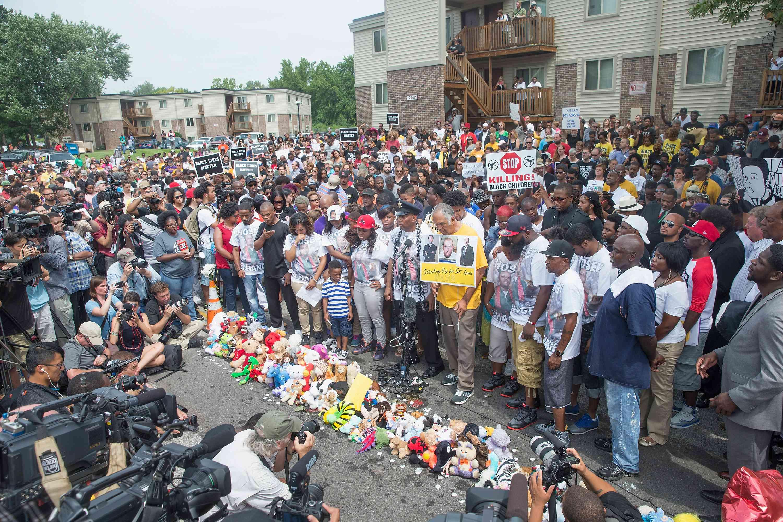 Menschen besuchen einen Gedenkgottesdienst zum Todestag von Michael Brown am 9. August 2015 in Ferguson, Missouri.