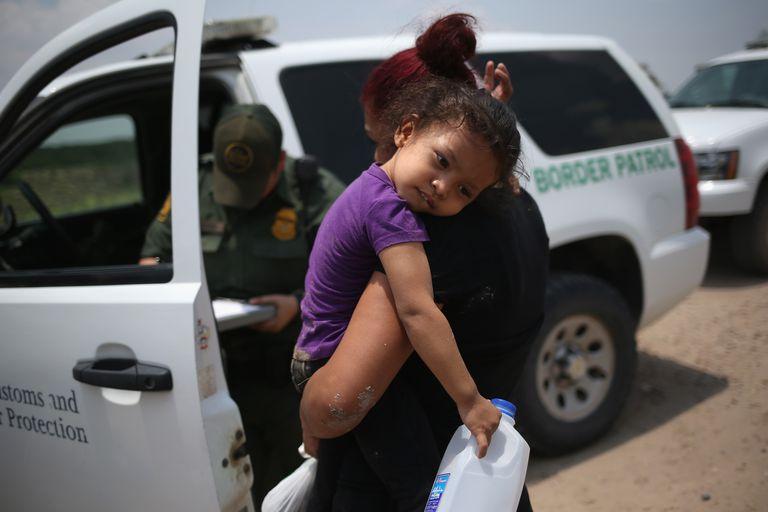 US Border Patrol agent carries immigrant child on Tex-Mex border