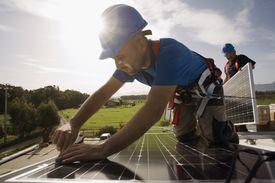 Trabajador instalando placa fotovoltaica.