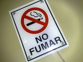 Sign that says 'no smoking' in Spanish