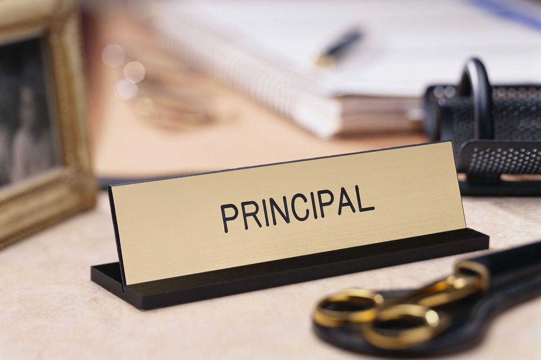Schulleiter Typenschild auf einem Schreibtisch