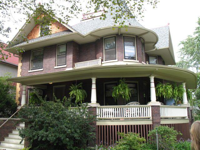 Brique maison victorienne avec porche et tourelle