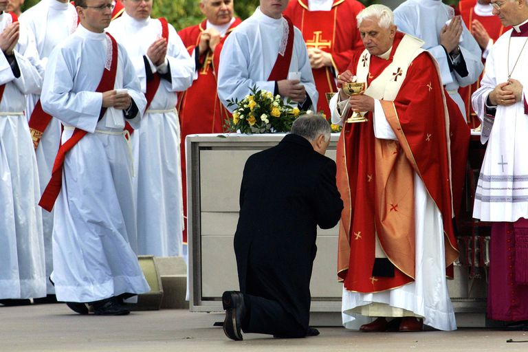 Pope Benedict XVI gives Polish President Holy Communion.