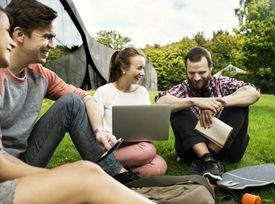Estudiantes universitarios en campo de universidad.