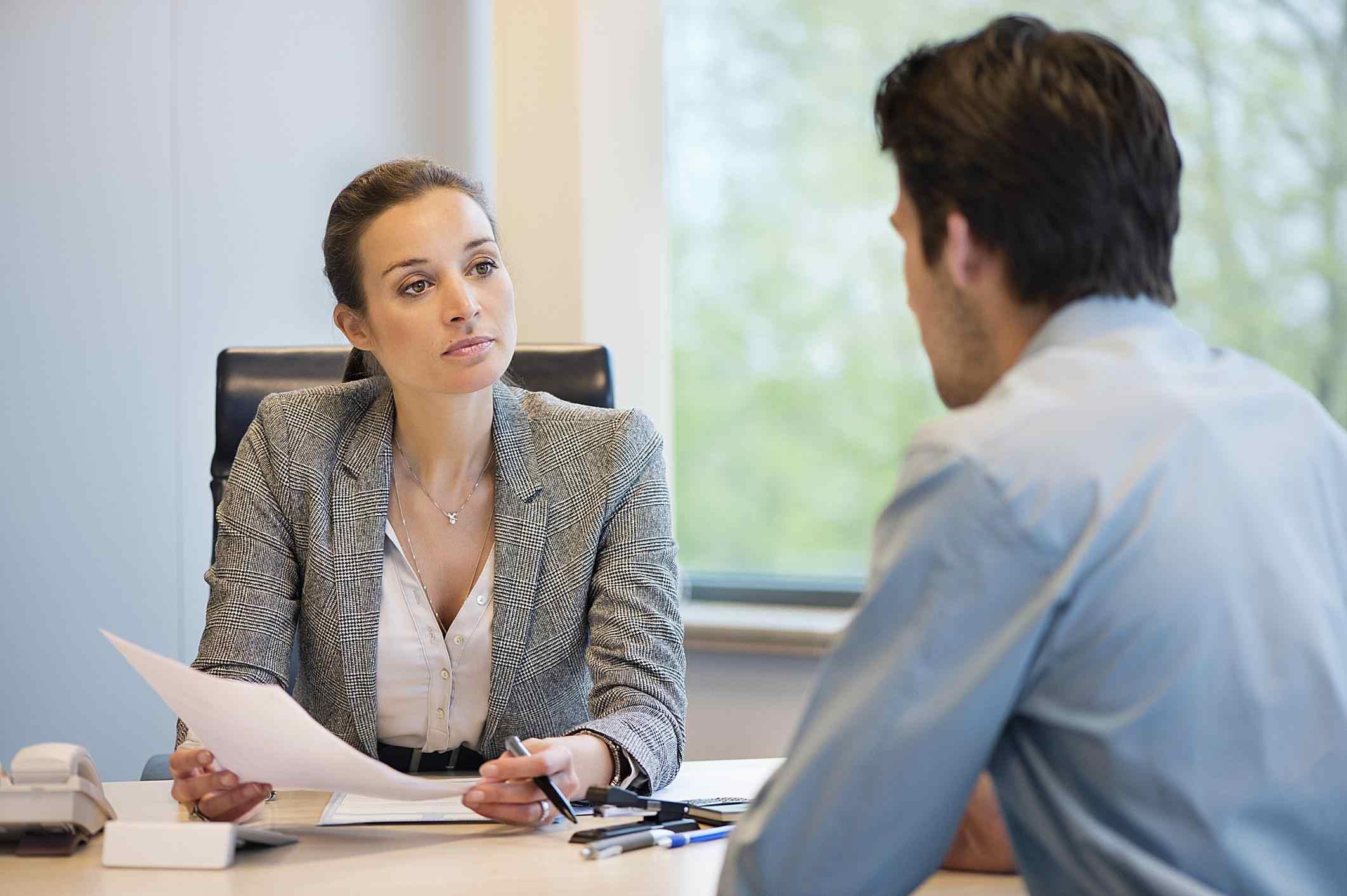 Entrevista entre un hombre y una mujer.
