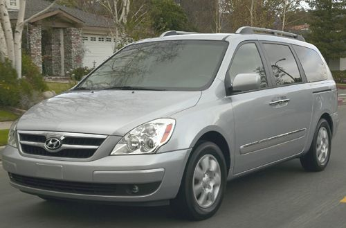 Used Family Cars For Less Than 15 000 With High Safety Ratings The 2007 Se Trim Hyundai Entourage Minivan Is Priced At 14 044 As Of Oct 23 2010