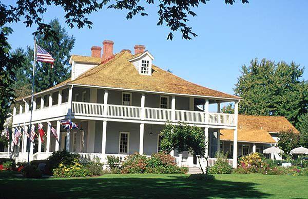 Cette maison « Tidewater » a un porche vaste abrité par un large toit en croupe.