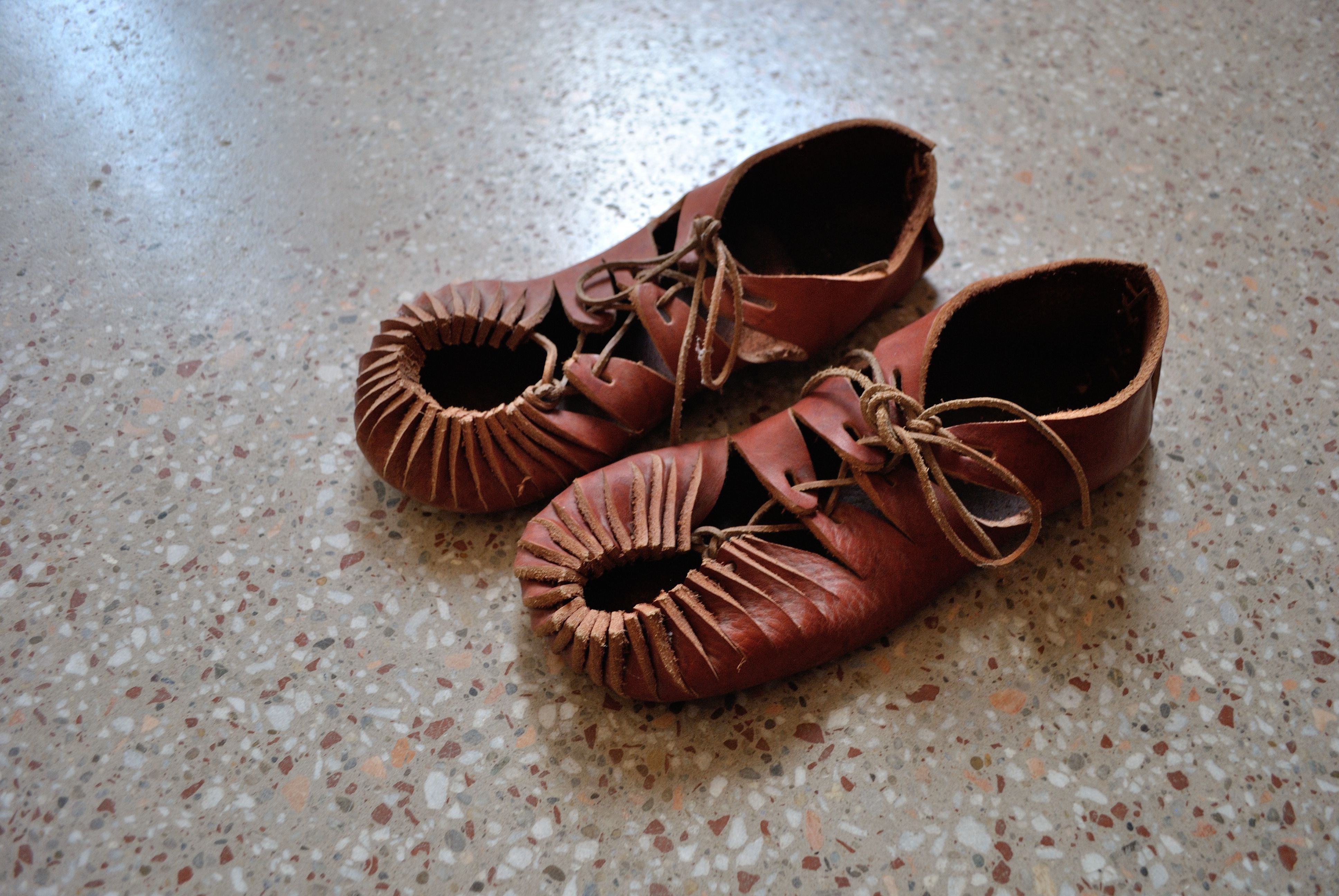 Ancient leather open topped sandals - Carbatina