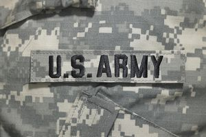 Etiqueta de U.S. Army en uniforme militar.