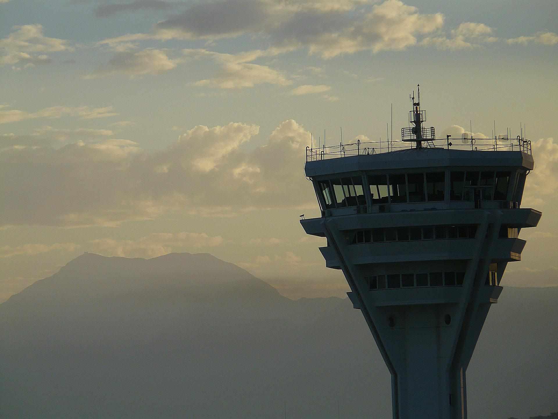 Profesiones más demandadas por gobierno federal: controladores aéreos.