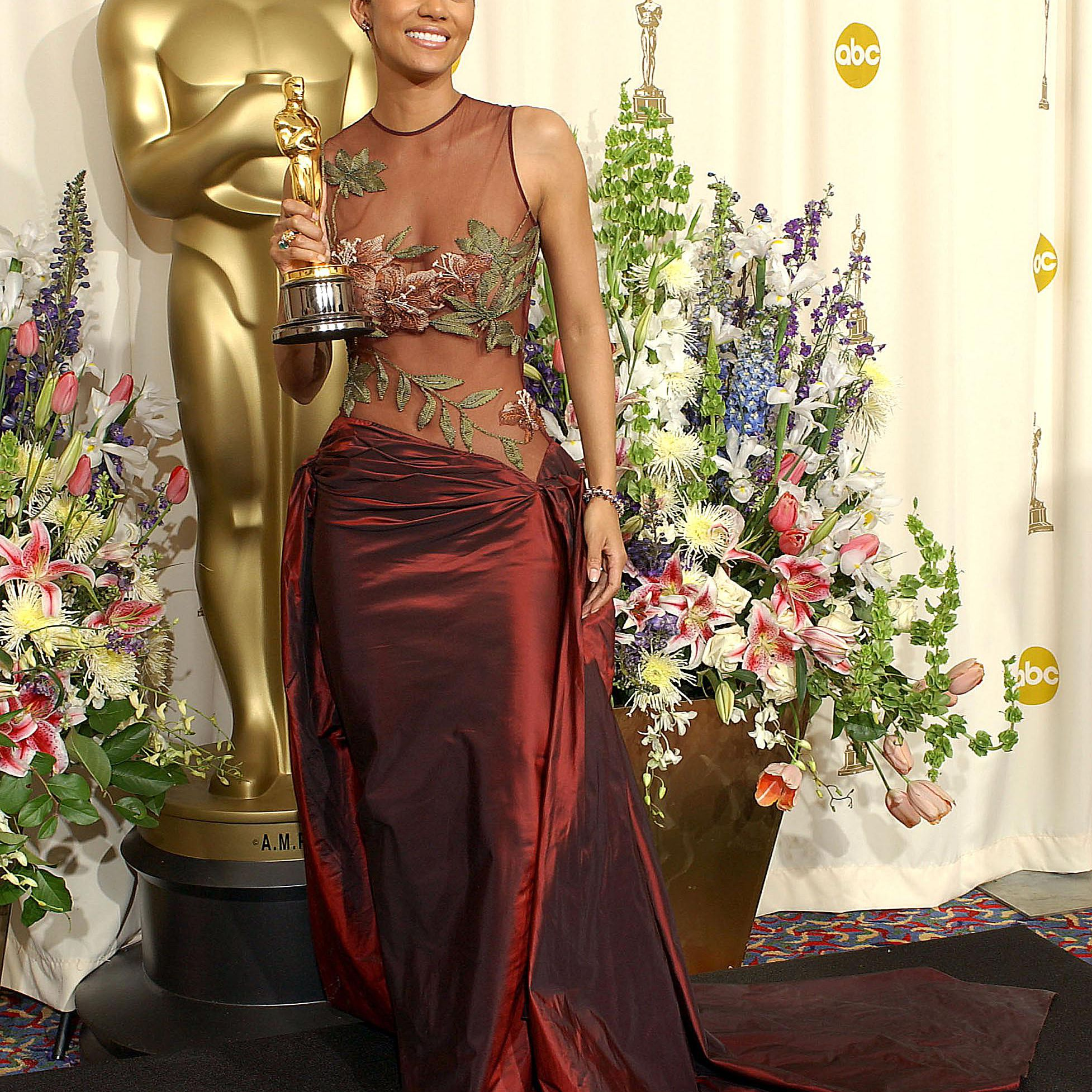 Hallie Berry standing with her Oscar