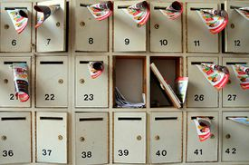 21 mailboxes with numbers representing the confusion regarding the German pronouns and articles