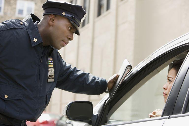Policía y conductora.