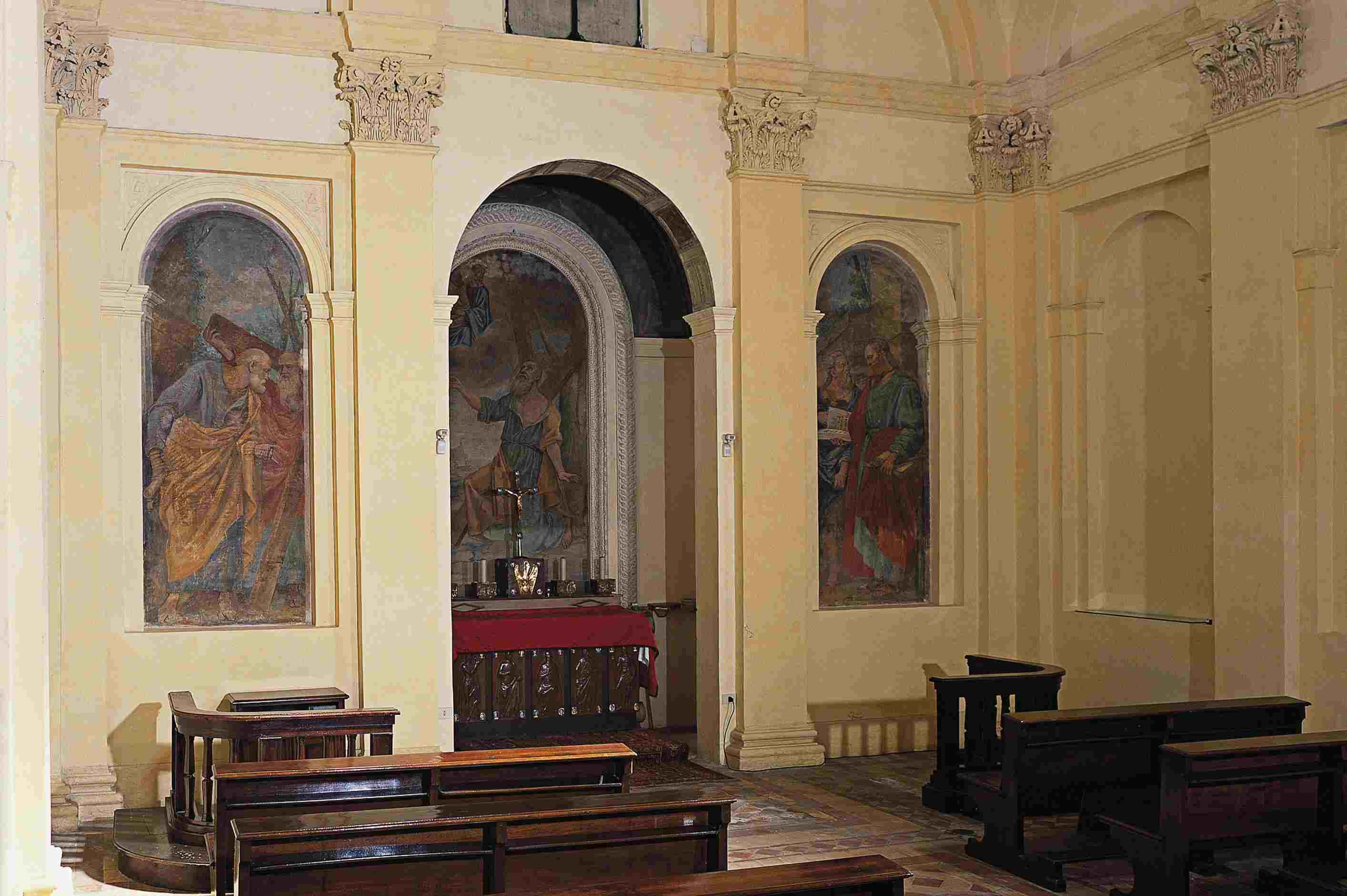 interior Corinthian pilasters surround apse of small chapel
