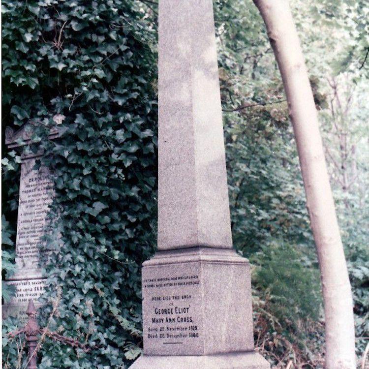Steinobelisk in einem Garten mit einer Inschrift zum Gedenken an Eliot