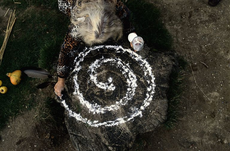 Making Spiral of Salt in Ritual