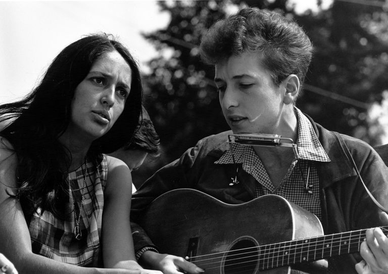 Joan Baez and Bob Dylan perform.