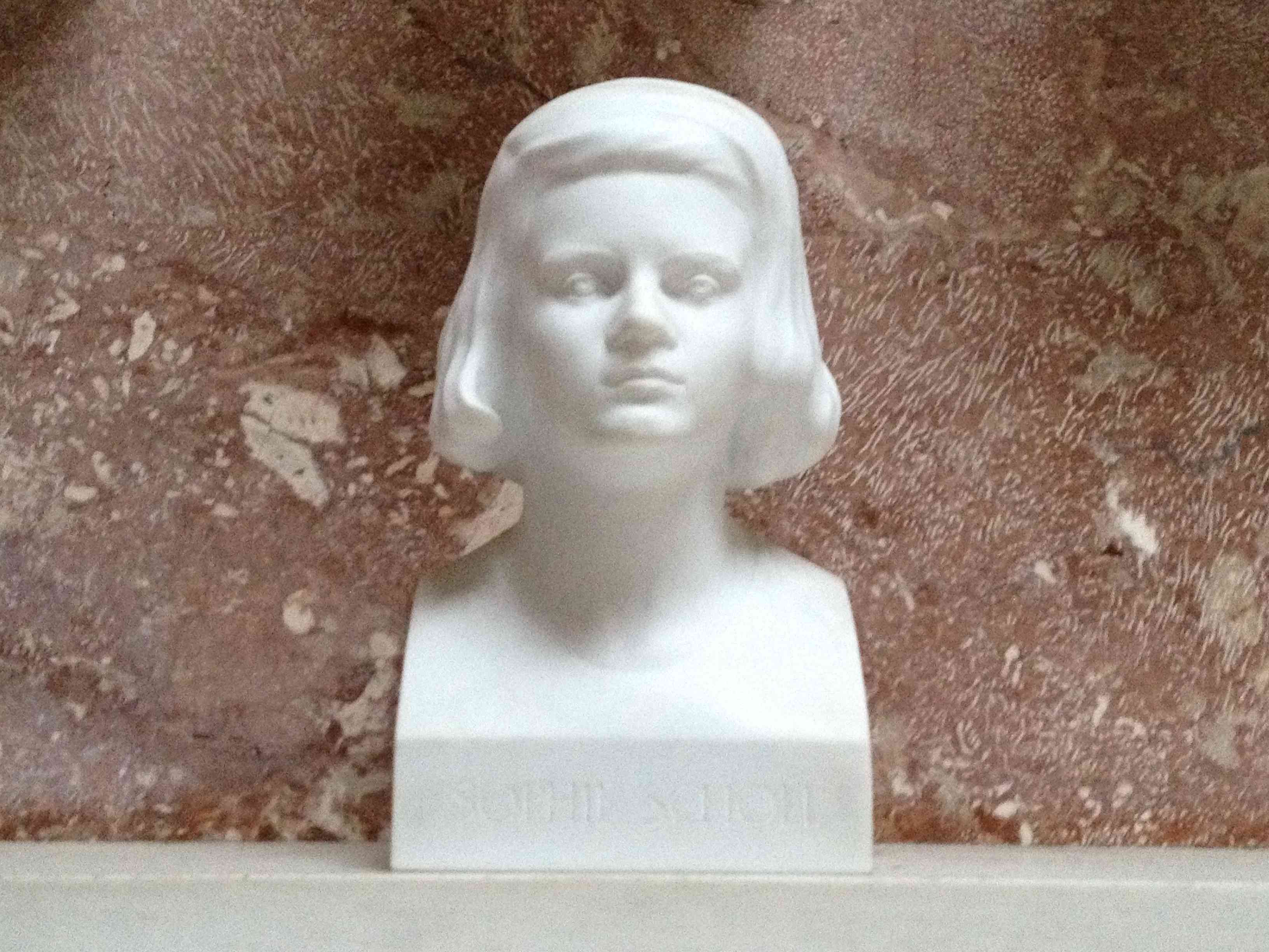 Bust of Sophie Scholl, placed in Walhalla in 2003. Sculptor: Wolfgang Eckert