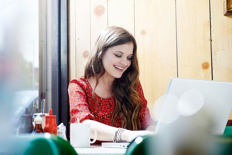 Muchacha escribiendo en una computadora portátil