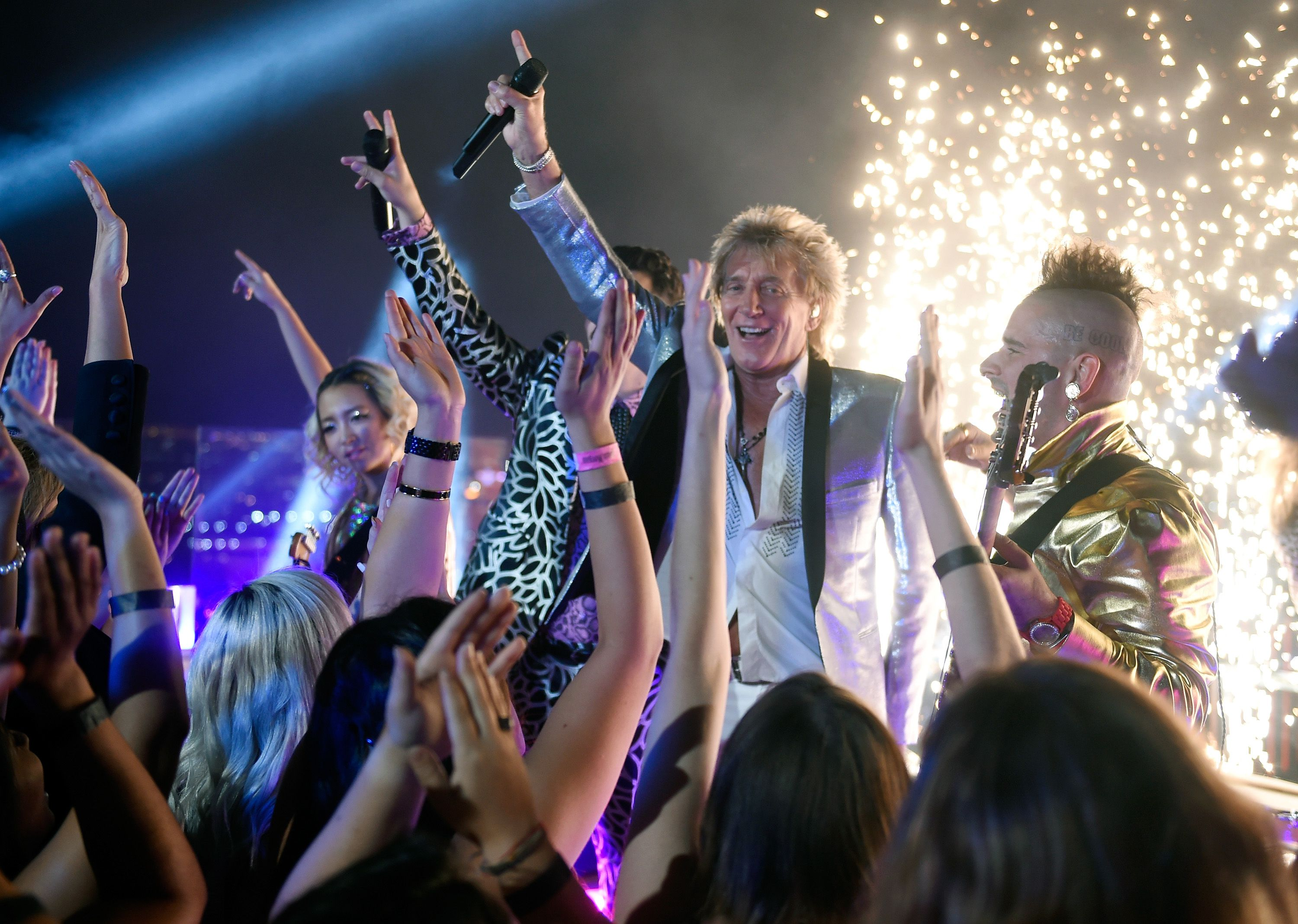 sir rod stewart and dnce perform from las vegas for the 2017 vmas 59f0dd4b6f53ba cc0
