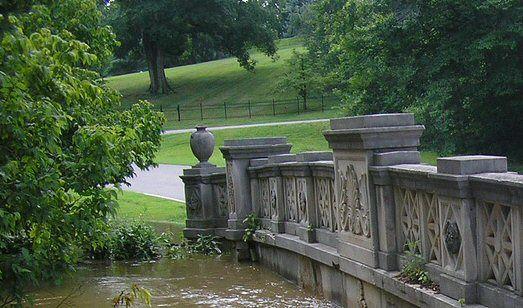 Φωτογραφία της χαρασμένης από πέτρα γέφυρας στο πράσινο πάρκο Cherokee στο Λούισβιλ.