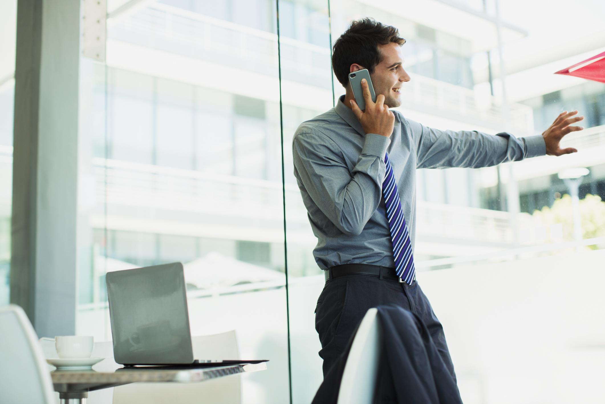 бизнесмен с телефоном картинка модель