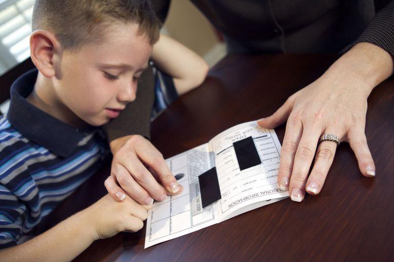 Toma de huellas digitales a un niño para evitar el secuestro internacional.