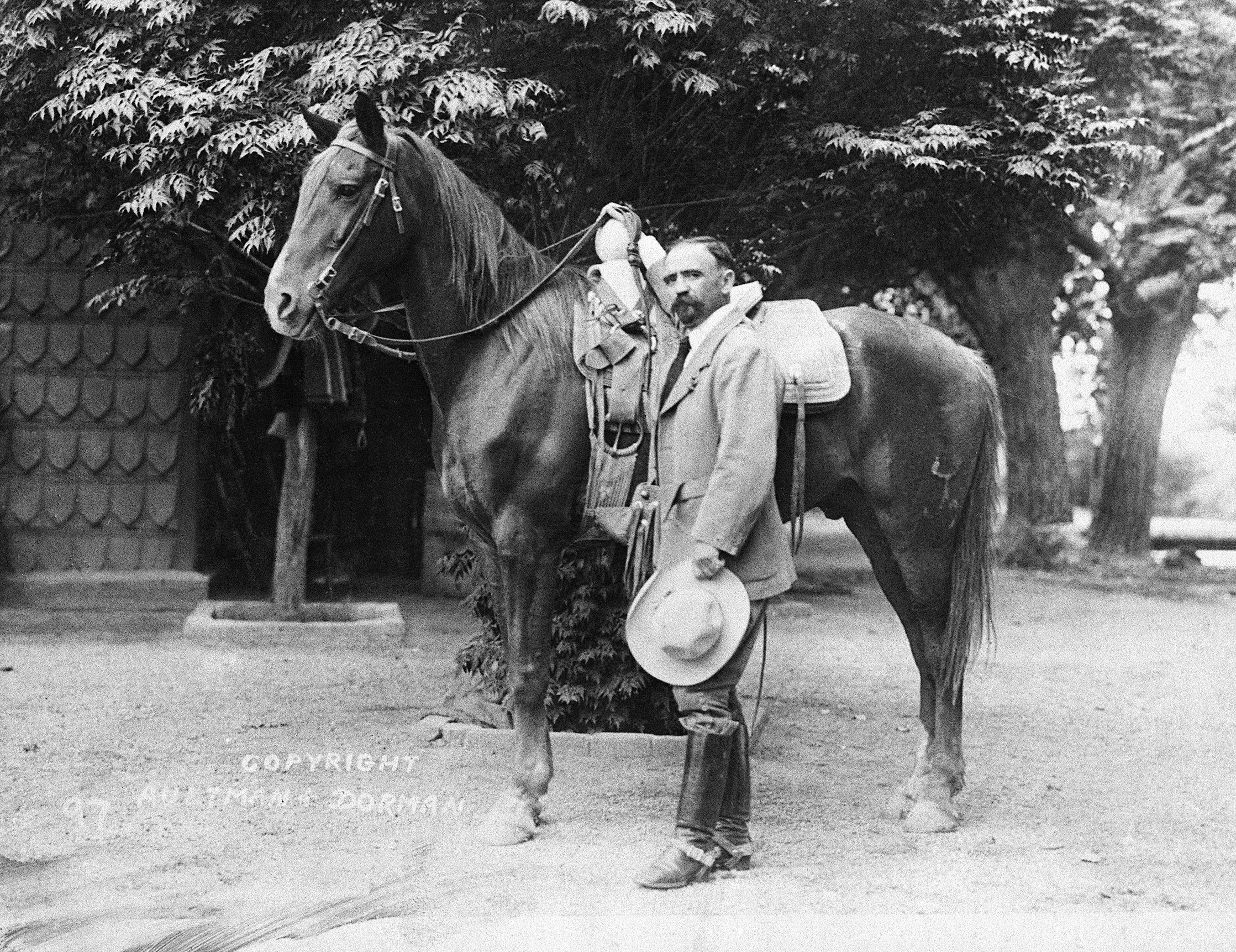 Francisco Madero Ποζάροντας με άλογο