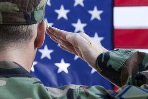 Soldado saludando a la bandera de EE.UU.