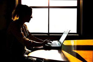 Mujer escribiendo en teclado de computadora
