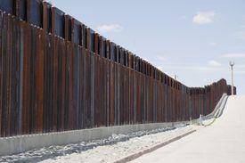 Muro que separa México de EE.UU.