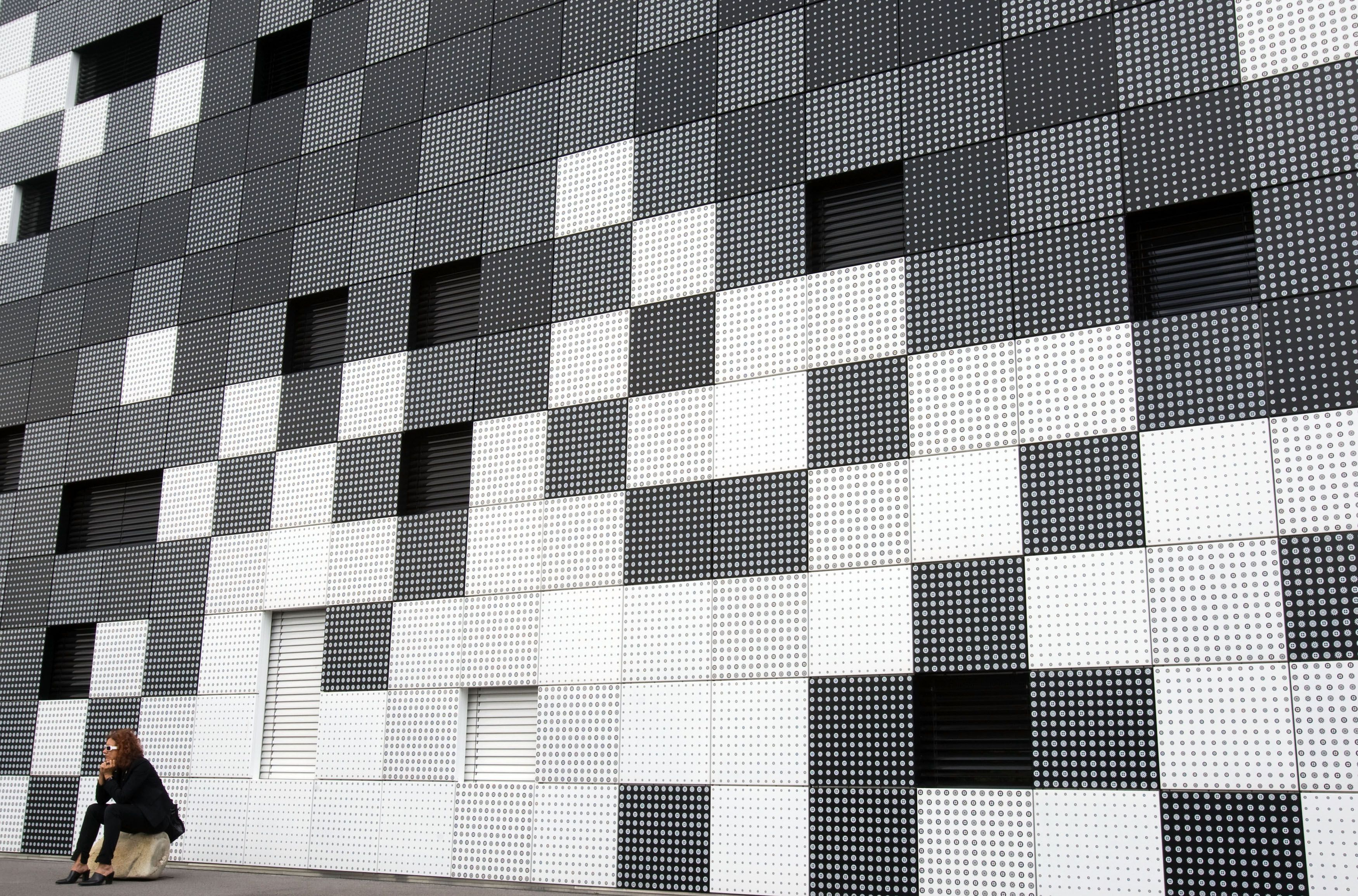 The basic geometry of the Frog Queen building designed by Splitterwerk hides window openings within the surface facade