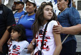 Niñas estadounidenses y madre salvadoreña en protesta por fin de TPS para El Salvador